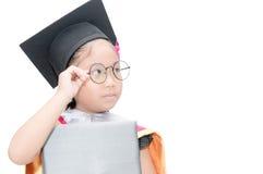 Studentessa asiatica sveglia che pensa in cappuccio di graduazione Immagine Stock
