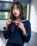 Studentessa asiatica in uniforme scolastico che impara nell'aula Fotografie Stock