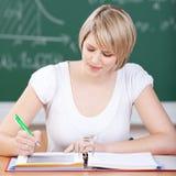Studentessa attraente che lavora nella classe Fotografia Stock