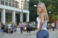 Studentessa attraente sulla città universitaria Fotografie Stock Libere da Diritti