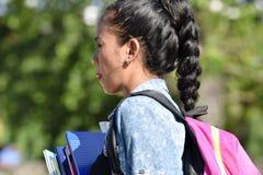 Studentessa With Braided Hair con i libri immagini stock libere da diritti
