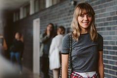 Studentessa in campus universitario Immagini Stock