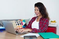 Studentessa caucasica che lavora con il computer portatile Fotografia Stock Libera da Diritti