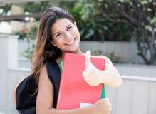 Studentessa caucasica che mostra pollice Immagine Stock