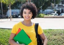 Studentessa caucasica di risata con capelli ricci che esaminano Ca Fotografia Stock Libera da Diritti