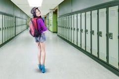 Studentessa che cammina nel corridoio della scuola Fotografia Stock Libera da Diritti