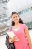 Studentessa che cammina sulla città universitaria dell'istituto universitario Immagini Stock