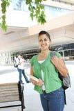 Studentessa che cammina sulla città universitaria dell'istituto universitario Fotografie Stock Libere da Diritti