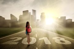Studentessa che cammina sulla strada Immagini Stock Libere da Diritti