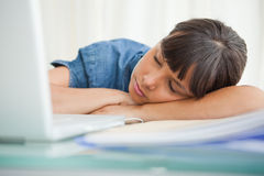 Studentessa che dorme sul suo scrittorio Fotografia Stock Libera da Diritti