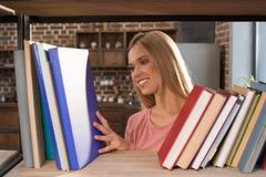 Studentessa che esamina i libri Immagini Stock Libere da Diritti