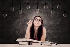 Studentessa che esamina le lampadine Fotografia Stock Libera da Diritti