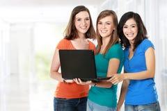 Studentessa che impara insieme con il computer portatile Fotografie Stock Libere da Diritti