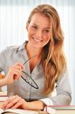 Studentessa che impara nella biblioteca Fotografia Stock