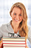 Studentessa che impara nella biblioteca Fotografie Stock