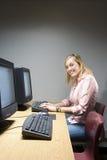 Studentessa che lavora ad un computer Immagine Stock