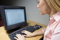 Studentessa che lavora ad un computer Immagini Stock Libere da Diritti