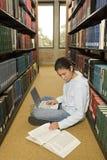 Studentessa che lavora nella biblioteca Immagini Stock Libere da Diritti