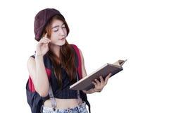 Studentessa che legge un libro Immagini Stock