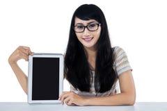 Studentessa che mostra una compressa digitale fotografia stock