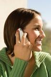 Studentessa che parla sul suo telefono cellulare Fotografie Stock Libere da Diritti