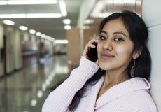 Studentessa che parla sul telefono cellulare Immagini Stock Libere da Diritti