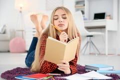 Studentessa che prepara per l'esame Fotografia Stock Libera da Diritti
