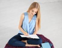 Studentessa che prepara per l'esame Immagini Stock Libere da Diritti
