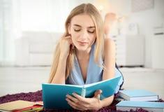 Studentessa che prepara per l'esame fotografia stock