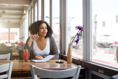 Studentessa che si siede al caffè che guarda dal fantasticare della finestra Immagini Stock Libere da Diritti