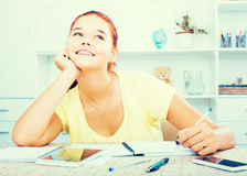 Studentessa che si siede e che studia all'interno Fotografia Stock Libera da Diritti