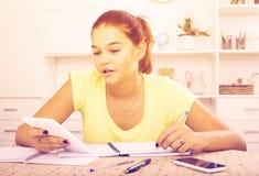 Studentessa che si siede e che studia all'interno Fotografie Stock