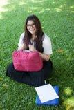 Studentessa che si siede sul prato inglese Fotografia Stock Libera da Diritti