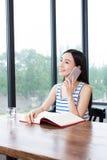 Studentessa che studia con i manuali ed il caffè Immagini Stock Libere da Diritti