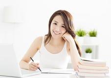 Studentessa che studia con il computer portatile Fotografie Stock Libere da Diritti