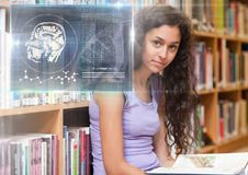 Studentessa che studia con il libro e la sovrapposizione dei grafici dell'interfaccia di istruzione di scienza Fotografia Stock Libera da Diritti