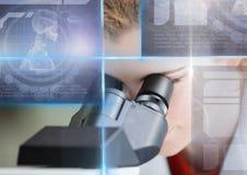 Studentessa che studia con il microscopio e la sovrapposizione dei grafici dell'interfaccia di istruzione di scienza Immagini Stock