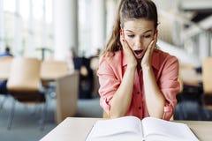 Studentessa che studia nella biblioteca Fotografia Stock