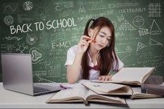 Studentessa che studia nella classe Fotografia Stock