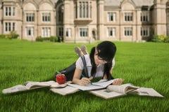 Studentessa che studia sull'erba Fotografia Stock Libera da Diritti