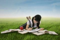 Studentessa che studia sull'erba 1 Fotografia Stock