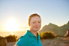 Studentessa con capelli e le lentiggini rossi su un aumento di natura Immagine Stock