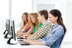 Studentessa con i compagni di classe nella classe del computer Immagini Stock