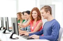 Studentessa con i compagni di classe nella classe del computer Fotografie Stock Libere da Diritti