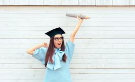 Studentessa con il cappello di graduazione che tiene una grande matita Fotografia Stock Libera da Diritti