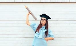 Studentessa con il cappello di graduazione che tiene una grande matita Immagine Stock Libera da Diritti