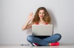 Studentessa con il computer portatile Immagini Stock Libere da Diritti