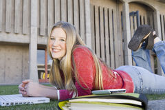 Studentessa con il computer portatile alla città universitaria Fotografia Stock