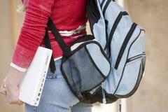 Studentessa con il computer portatile e lo zaino Fotografia Stock Libera da Diritti
