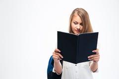 Studentessa con il libro di lettura dello zaino Fotografia Stock